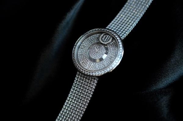 Đồng hồ này được làm bằng vàng trắng 18K đính 909 viên kim cương brilliant (xấp xỉ 20.17ct), dây vàng trắng 18K đính kim cương với khóa bấm, với mức giá hơn 250,000USD.