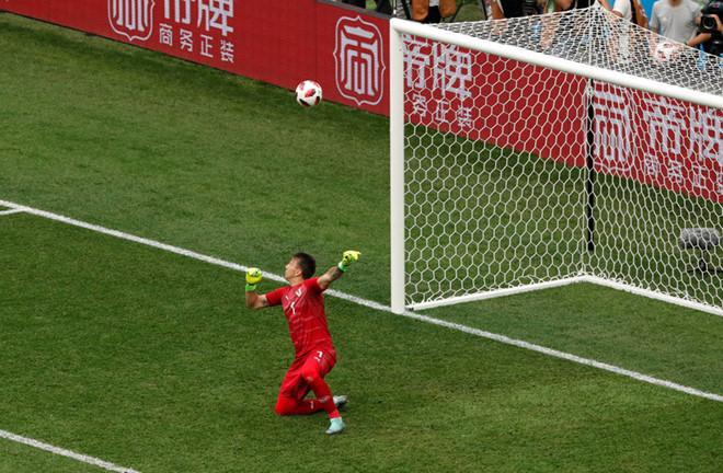 Pha bắt bóng sai lầm của Muslerakhiến ĐT Uruguay phải nhận bàn thua thứ 2.