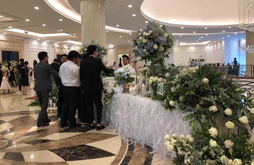 Không gian tiệc cưới 5 sao ngập tràn hoa tươi của Á hậu Tú Anh và ông xã Gia Lộc - Tin sao Viet - Tin tuc sao Viet - Scandal sao Viet - Tin tuc cua Sao - Tin cua Sao