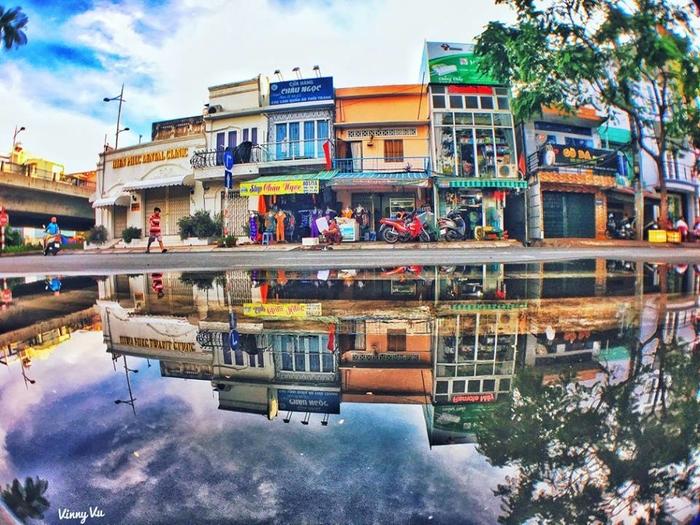 Đừng ghét ngày mưa, vì bạn có thể chiêm ngưỡng một Sài Gòn nhìn qua vũng nước đẹp như tranh vẽ