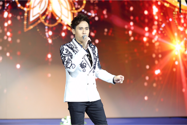 Thay bộ 3 trang phục, Nguyên Vũ gây ấn tượng với khán giả Singapore