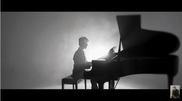 Erik chỉ xuất hiện bên chiếc đàn piano trong khung cảnh trắng đen.