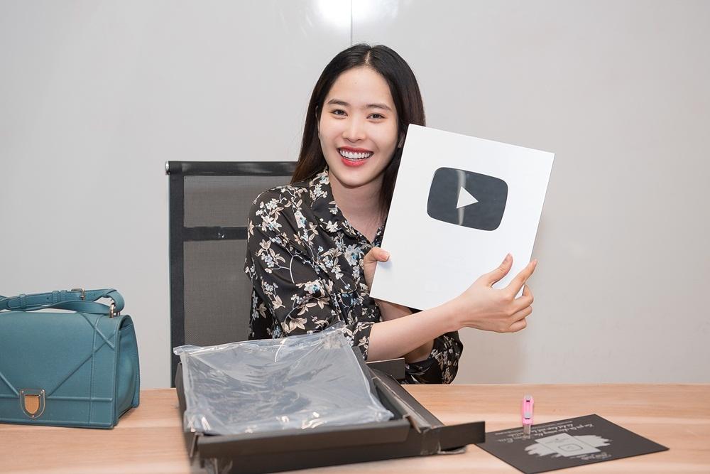 Nam Em lộ diện với thân hình mảnh mai, tự lái xe đi nhận nút bạc Youtube - Tin sao Viet - Tin tuc sao Viet - Scandal sao Viet - Tin tuc cua Sao - Tin cua Sao