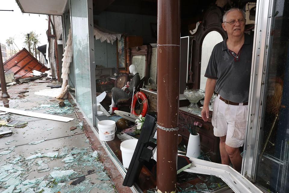 Khung cảnh ngổn ngang ở khắp mọi nơi, những người dân tỏ ra buồn bã khi nhà mình bị gió thổi tốc mái