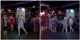 """Hội trai Tây 'quẩy tung' ở Huế trong trang phục """"chị bán cháo lòng"""""""