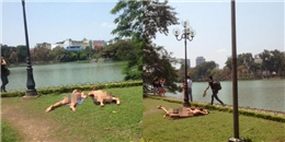 'Xốn mắt' với hai cô gái mặc bikini phơi mình bên bờ Hồ Gươm