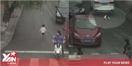 Bị 2 ô tô cuốn vào gầm, em bé sống sót thần kỳ giữa các bánh xe