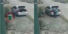 Ngỡ ngàng với người đàn ông đi xe hơi bất ngờ lấy thùng rác bên đường