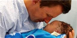 Bố khóc nghẹn ôm vĩnh biệt đứa con chỉ mới chào đời được 30 phút