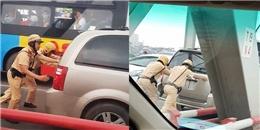 Cảm phục chiến sĩ CSGT khom lưng đẩy ô tô chết máy sang bên kia cầu