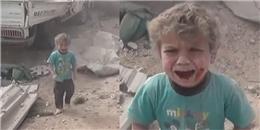 Bé trai mình đầy máu và bụi đất khóc tìm mẹ giữa bom rơi đạn lạc