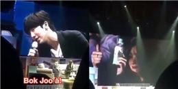 Lee Sung Kyung thẹn thùng bị phát hiện tại fanmeeting của Nam Joo Hyuk