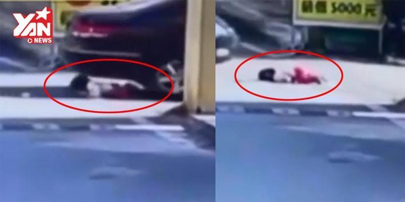"""Cận cảnh sự cố bé gái bị xe cán 2 lần """"gây thót tim"""" cho người xem"""