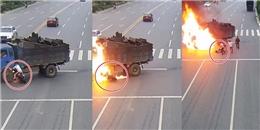 Khoảnh khắc người đàn ông thành 'đuốc sống' sau va chạm với xe tải