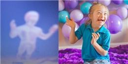 Sửng sốt bé trai 7 tuổi bị Down chụp ảnh 'thiên thần hộ mệnh' của mình