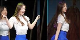 Biểu diễn quá sung, sao nữ Hàn bị… tuột nội y ngay trên sân khấu
