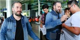 DJ Steve Angello thân thiện kí tặng fan Việt ở sân bay