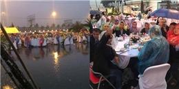 Đám cưới gây 'bão' mạng khi khách mời đội mưa ăn cưới ngoài trời