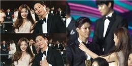 Yoo Jung lặng lẽ chỉnh áo cho Bo Gum tại Baeksang khiến fan phát cuồng