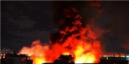 Cận cảnh đám cháy lớn lan rộng và nổ dữ dội tại quận 4, TP.HCM