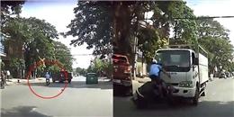 Khuất tầm nhìn, xe máy chạy lấn làn bị xe tải hất lên không trung