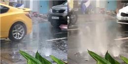 """Xuất hiện hiện tượng """"đài phun nước"""" tại TP.HCM trong cơn mưa"""