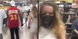 Tranh cãi cảnh bạn trai 'rọ mõm', xích bạn gái dẫn đi khắp siêu thị