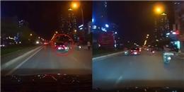 'Chọc giận' ô tô, xe máy chở ba bị húc ngã nhào
