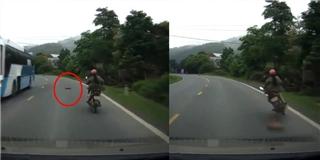 Tai nạn hy hữu, xe khách thả thớt gỗ  đốn ngã  xe máy ngược chiều