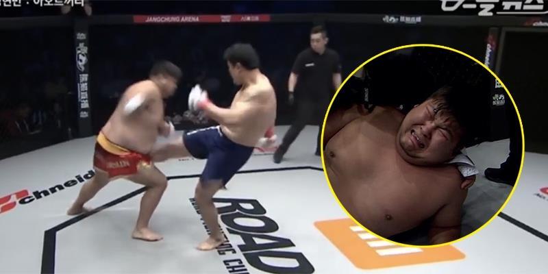 """Bị đá trúng """"chỗ hiểm"""", võ sĩ MMA Trung Quốc ôm bụng gào khóc"""