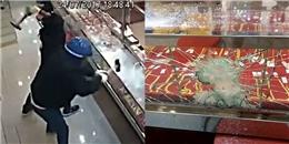 Chủ tiệm vàng cao tay khiến 4 tên cướp đập muốn gãy tay mà không phá nổi tủ kính