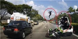 Tai nạn môtô phân phối lớn lao vào xe ô tô đáng sợ hơn cảnh trong phim hành động