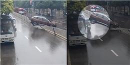 Đạp nhầm chân ga, tài xế lùi ô tô bay qua giải phân cách cuốn theo 2 nạn nhân