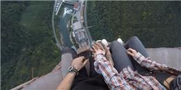 Rùng mình với cặp đôi đưa nhau đi trốn trên nóc cột ống khói cao 365m