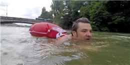 """Chán chường cảnh kẹt xe, anh chàng này quyết định """"bơi"""" đến công ty mỗi ngày"""