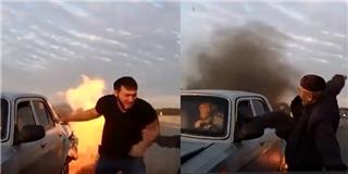 Mặc xe bốc cháy, cụ ông tung cước đá vỡ kính xe, cứu được tài xế bự con