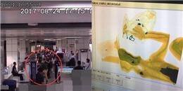 Người đàn ông trèo lên máy quét an ninh... ăn vạ ở sân bay