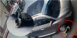 """Bé gái """"siêu nhân"""", bị xe hơi cán ngang người vẫn tỉnh bơ đứng dậy và bỏ đi"""