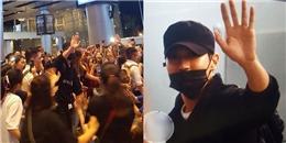 Siwon cười tươi hết cỡ, dùng máy ảnh chụp fan khi hạ cánh xuống sân bay Đà Nẵng