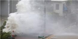 Siêu bão Hato ở Trung Quốc: Sóng biển dâng cao 14m, gió lớn lật đổ xe tải, bay cả người