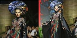 Bộ áo dài giản dị của Trương Thị May được bán với giá 120 triệu đồng