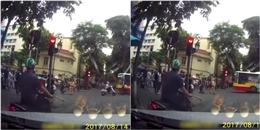 Hy hữu ở Hà Nội: Phạm lỗi giao thông, tài xế taxi quỳ xuống đường xin tha