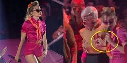 Chuộng mốt 'thả rông', Miley Cyrus sờ ngực vũ công ngay trên sân khấu