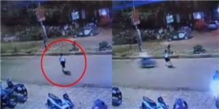 Cú va chạm kinh hoàng, xe máy lao với tốc độ tên bắn khiến một phụ nữ  biến mất