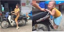 Ai trong chúng ta cũng bồi hồi nhớ về tuổi thơ khi xem bức ảnh cậu bé 'bám đuôi' mẹ đi chợ này