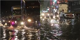Sau cơn mưa lớn kết hợp triều cường, đường phố Sài Gòn ngập trong biển nước