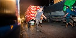 Cuộc đời nhọc nhằn của những nữ phu còng lưng kéo hoa quả ở chợ Long Biên