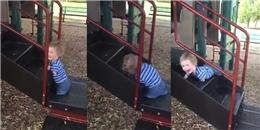 Triệu người rưng rưng chứng kiến em bé không tay chân đầy nghị lực leo cầu trượt