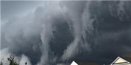 Video: Đám mây khổng lồ che phủ bầu trời như ngày tận thế