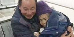 Con trai túc trực bên giường bệnh người mẹ già suốt 150 ngày và kì tích đã xảy ra